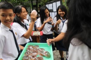 Siswa SMPL Santa Maria Dapat Bingkisan Kue Jelang Unas