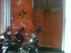 Dinding Kantor DPRD Kota Kediri Kumuh Tak Terurus