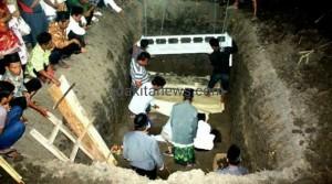 Korban Tol Cipali, Dimakamkan Satu Liang Kubur