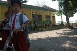 Atap Rusak, Siswa SD di Jombang Belajar di Tenda Darurat