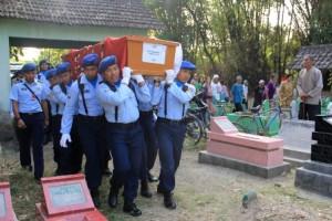 Jenazah Serma Bambang Hermanto, Korban Pesawat Hercules Dikebumikan