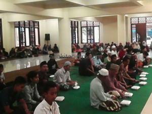 Ngabuburit Dengan Ngaji Kitab di Masjid Agung Kota Kediri