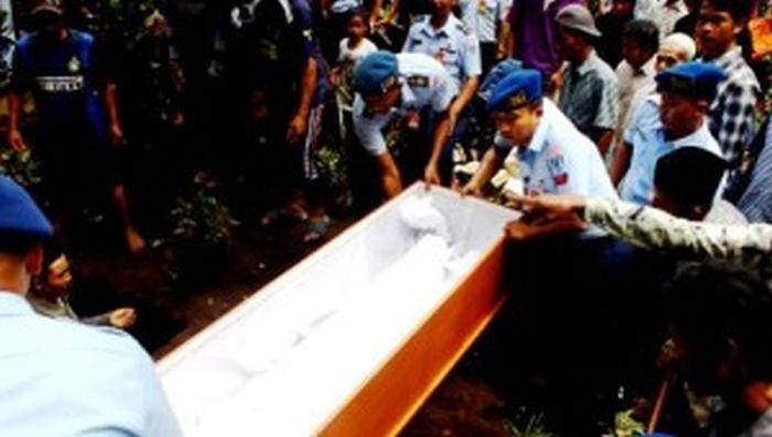 Korban Pesawat Jatuh Asal Blitar Dimakamkan di Desanya