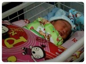 Masih Dibalut Peralatan Medis, Bayi Baru Lahir Dibuang