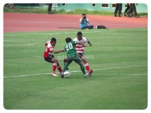 Pertarungan pemain kesebelaaan SBU melawan Madura United yang berakhir dengan skor imbang 0-0.(foto: kurniawan)
