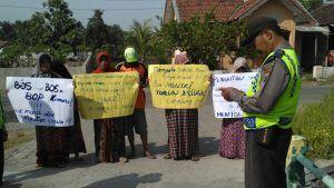 Ditarik Pungutan Rp 3,3 Juta, Puluhan Wali Murid SMPN 2 Jabon Gelar Demo