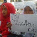 """Kumpul di Depan TPQ, Santri di Sidoarjo Bentangkan Tulisan """"Om Sholat Om"""""""