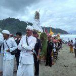 Ribuan Umat Hindu Gelar Melasti di Pantai Jolosutro