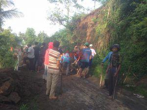 Longsor, Akses Jalan Desa Balerejo Wlingi Tertutup