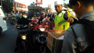 Bagi-Bagi Takjil, Strategi Kapolres Kediri Kota Untuk Silaturahmi Dengan Masyarakat
