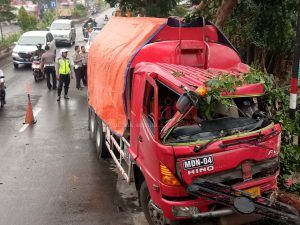 Hilang Kendali, Truk Tangki BBM Tabrak Pohon