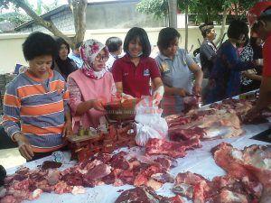 Sembelih 5 Ekor Sapi dan 4 Kambing, Polres Blitar Kota Bagikan Daging Kurban ke Warga dan Ponpes