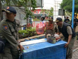 Langgar Jam Operasional, Lapak PKL Diangkut Petugas