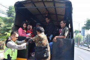 Terlantar Akibat Demo, Penumpang Angkot Diantar Pakai Truk Polisi