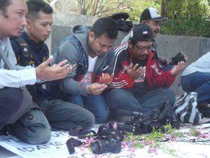 Kekerasan Terhadap Jurnalis di Banyumas, PWI Nganjuk dan IJTI Korda Majapahit Gelar Aksi Tabur Bunga di Alun-alun
