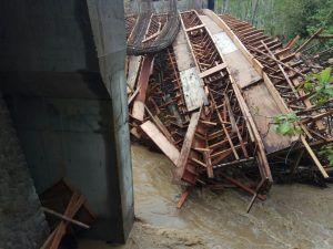 Tiang Penyangga Diterjang Luapan Air, Kerangka Jembatan Kali Klatak Roboh
