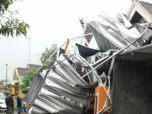 Hujan Angin Terbangkan Atap Rumah di Porong Sidoarjo