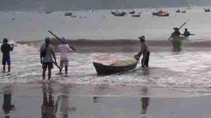 Ombak Tinggi, Nelayan Pantai Sine Takut Melaut