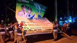 Salahi Aturan, Panwaslu Kabupaten Jombang dan Satpol PP Tertibkan Banner Bergambar Paslon