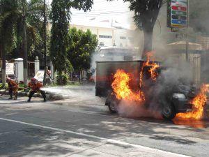 Mobil Boks Terbakar di Depan Kantor Kelurahan