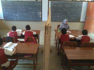 Atap Sekolah Runtuh, Siswa Terpaksa Berbagi Ruangan