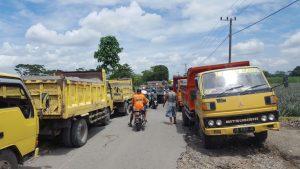 Protes Aktivitas Galian C, Warga Tutup Akses Jalan