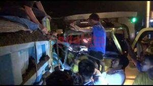 Proses Evakuasi Korban Kecelakaan Dua Truk Berlangsung Dramatis