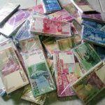 Nasabah Bank Bayar Utang Dengan Uang Mainan