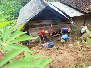Empat Rumah Di Kecamatan Pagerwojo Tertimpa Longsor