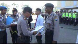 """""""Nyambi"""" Jadi Pemungut Sampah, Anggota Polisi Terima Penghargaan"""