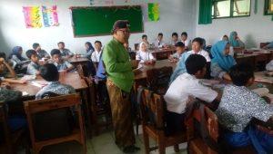 Pertama Dilakukan Di Kediri, Guru SMP N 1 Papar Saat Mengajar Berpakaian Adat