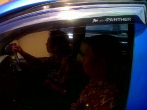 kepala Dinsosnakertran Ngankjuk, langsung memasuki mobil setelah keluar dari ruang Tipikor polres Nganjuk~2