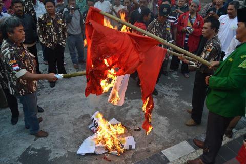 Massa aksi bakar bendera