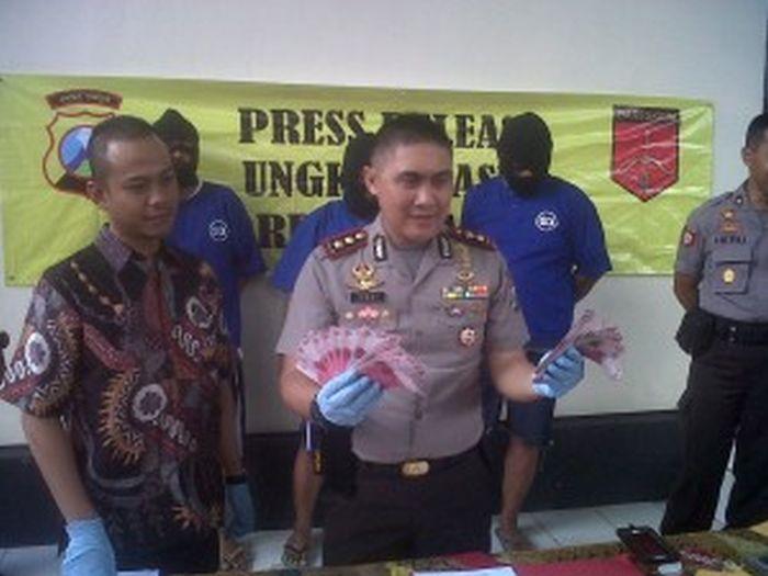 Kapolres Blitar Kota AKBP Yossy Runtukahu perlihatkan UPAL