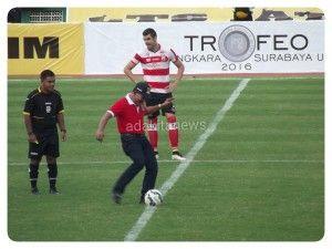 Kapolri, Jenderal Polisi Bardrodin Haiti saat melakukan kick off tanda dimulainya pertandingan.(foto: kurniawan)