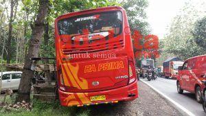 3-tabrakan-bus-pariwisata-vs-empat-kendaraan-di-ngawi