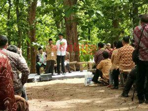 Di Madiun, Jokowi Bagikan Surat Pemanfaatan Hutan Negara Oleh Masyarakat