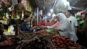 Awal Kampanye, Khofifah Blusukan ke Pasar Larangan Sidoarjo